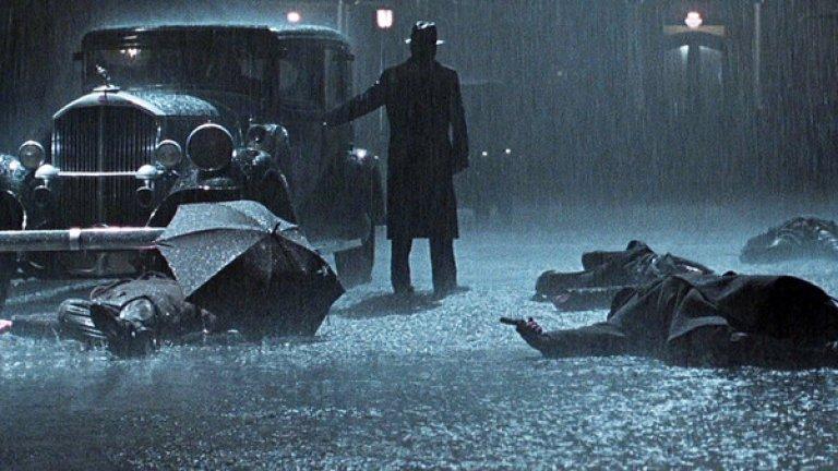"""""""Път към отмъщение""""  Повечето хора дори не подозират, че този изпипан гангстерски шедьовър от 2002-а е екранизация по графичен роман. Автор на комикса е Макс Алън Колинс, а режисьор на адаптацията е Сам Мендес, току-що спечелил """"Оскар"""" за """"Американски прелести"""".   """"Път към отмъщение"""" е един от най-красивите и виртуозно заснети филми за последните 30 години. Всяка композиция на легендарния оператор Конрад Хол е като картина."""
