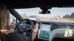 Системата за автопилот на Tesla изисква шофьорът да държи ръцете си на волана, като издава звукови сигнали, когато усети разсейване на вниманието