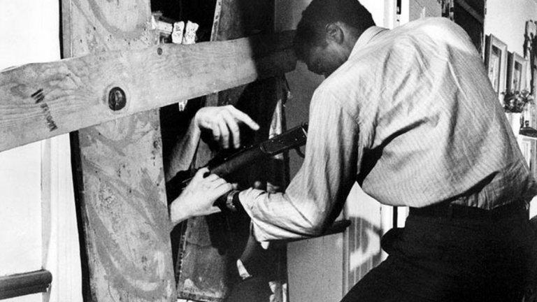 """Night of the Living Dead / Нощта на живите мъртви (1968 г.)  Чернобелият дебютен филм на Ромеро променя изцяло хорър жанра. Действието в него се развива във ферма в Пенсилвания, която е нападната от немъртви. Филмът е различен с това, че главният герой е тъмнокож мъж, който се опитва да спаси бели.   Както може да се очаква, и тогава, и до днес, някои откриват в този сюжет политически теми, макар че самият Ромеро твърди, че не такава е била идеята. Режисьорът на хита """"Get Out"""" Джордан Пийл посочва """"Night of the Living Dead"""" за едно от своите вдъхновения.  По-важното е друго - филмът дава началото на съвременния зомби жанр и без него едва ли много от другите популярни продукции със зомбита през следващите десетилетия щяха да станат реалност.  Нещо любопитно: можете да изгледате целия филм напълно безплатно в английската му страница в Wikipedia."""