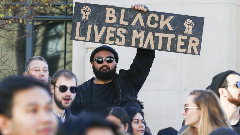 Политиката ни хептен стана бой на негри в тъмна нощ