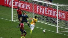 Тиаго Силва бележи гол срещу Колумбия, но после си изкара жълт картон и е наказан за полуфинала.