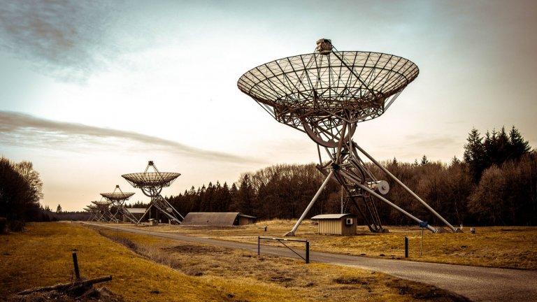 """""""А може би са те?""""Радиоемисиите, които идват от Космоса, не са някаква новост. Юпитер например е планета със силни магнитни полета и често долавяме техните сигнали. През 2020 г. обаче за първи път радиотелескопите доловиха честоти извън нашата слънчева система. Те идват от газов гигант в съзвездието Воловар на около 51 светлинни години от Земята. По мнение на специалистите това е един от първите признаци за съществуване на екзопланети, които излъчват собствени сигнали."""
