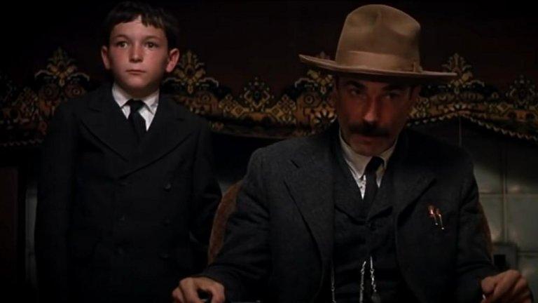 """""""Ще се лее кръв"""" (There Will Be Blood)Година: 2007Филмът на Андерсън върви с печата """"класика"""" и често е описван като един от най-добрите филми на нашето време. С право. Историята на обикновения златотърсач Даниъл Плейнвю (Даниъл Дей-Люис), който се превръща в безскрупулен петролен магнат, е също и история за черното в човека.  Тъмните нюанси обаче са ефект от средата и обществото, които едновременно създават и чупят хората, а конфликтът на Плейнвю с местния евангелист (Пол Дейно) качва филма дори на още по-високо ниво, като намесва и въпросите за морала, идеологията и вярата."""