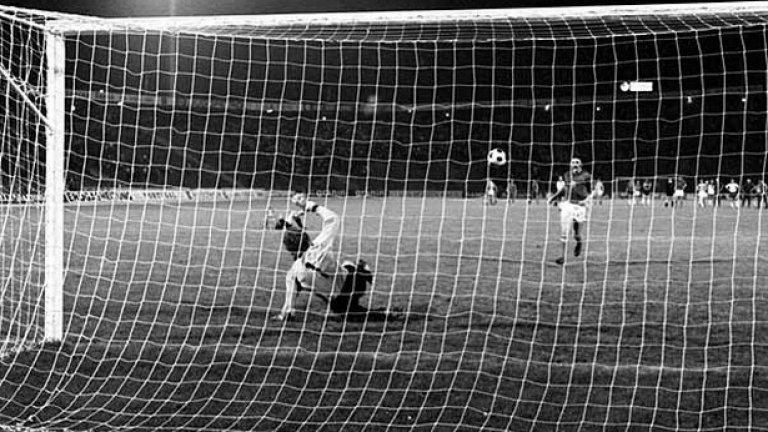 Антонин Паненка вкарва най-прочутата дузпа в историята на футбола и донася европейска титла на Чехословакия през 1976 г.