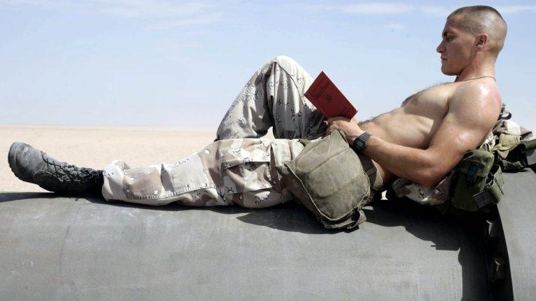 """""""Снайперисти"""" """"Jarhead"""", преведен у нас като """"Снайперисти"""", е военна драма, базирана на едноименните мемоари от 2003 г. на морския пехотинец Антъни Суофорд. В неговите обувки влиза Джейк Джиленхол, а заедно с него на снимачната площадка са Джейми Фокс, Питър Скарсгард, Лукас Блек и Крис Купър. Филмът е боксофис разочарование, но това не отнема от стойността му. Мендес рисува психологически портрет на главния герой и, както прави обикновено, вкарва зрителя директно в разцентрованата му душа - нещо, което се явява по-голяма ценност от ефектите."""
