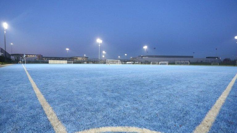 Едното от 16-те игрища, което е в синия цвят на Сити.