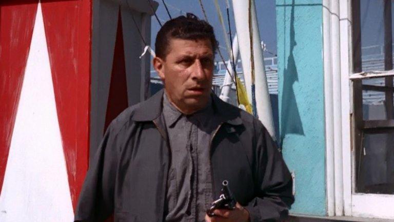 """The Fugitive, 1967 Епизодът The Judgement, Part 2, с който завършва сериалът The Fugitive (""""Беглецът""""), се появява в специфичен момент. Телевизията е започнала да губи очарованието си, сериали един след друг биват спирани от телевизионните мрежи, а ключови актьори се пренасочват към други начинания. Онова, което връща зрителите пред екрана, е финалът на The Fugitive. Обвинен несправедливо в убийството на жена си, Ричард Кимбъл най-накрая успява да залови истинския виновник. Този един час телевизионно време и огромният му рейтинг подсказват на създателите на сериали, че продукциите трябва да имат категоричен финал, за да задържат зрителите си."""