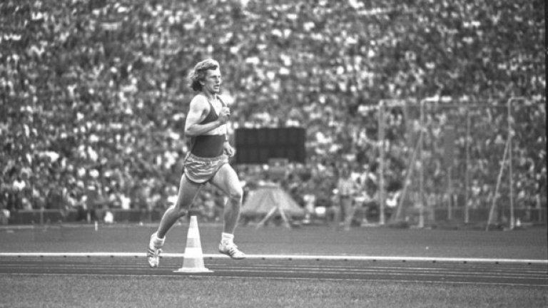 14. Мюнхен 1972: Кой е този? На снимката изглежда, че този мъж е водачът на групата на маратона и влиза първи в стадиона, за да спечели. Всъщност това е не е олимпиец, а германски студент, който си е направил шега. Победителят тогава е Франк Шортър.