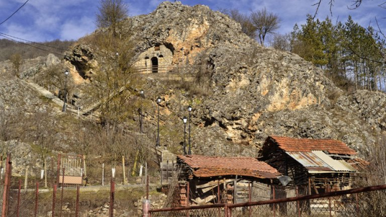 """Скалният параклис """"Света Петка"""" е едно от интересните места в областта. Поклонници от близо и далеч се събират тук с надеждата, че светицата ще ги озари с чудодейното си внимание."""