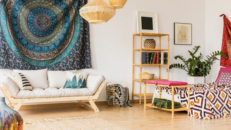 """Ориенталски акцентиРъчно тъканите килимите и покривалата от Иран, Таджикистан, Узбекистан и Казахстан на английски се наричат """"suzani"""", но на български имаме близък еквивалент до източната традиция: нашата везба. Независимо дали ще изберете ориенталски мотиви или нашите шевици, акценти с подобен детайл в дизайна винаги внасят бохемско усещане. Стилът дори позволява и експерименти с цветовете, даже малко претрупаност, така че действайте смело другия път, когато видите някое килимче, което ви напомня например за Мароко."""