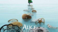 """Алиса в огледалния свят  След няколко разочароващи роли Джони Деп отново е в стихията си на """"странния"""" герой във филма. Алиса ще се срещне с всички познати лица, но този път ще пътува назад във времето, за да спаси Лудия шапкар и целия вълшебен свят. Злата кралица на сърцата обаче си има собствен план как да се върне обратно на трона. Магия, битки и един голям котарак в новата Алиса."""