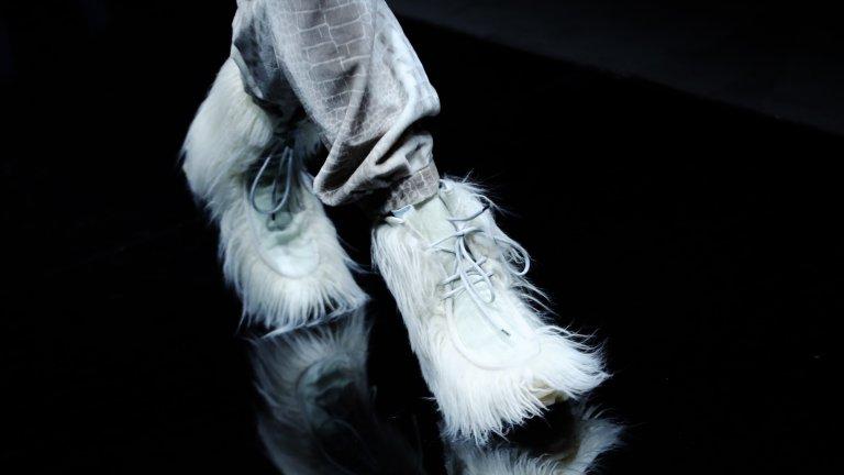 Мъхести обувки  Когато се говори за комфорт, няма как да се подминат и обувките с дълъг косъм или декорация като плюшено мече, които създават усещане за уют и комфорт през по-студените месеци.