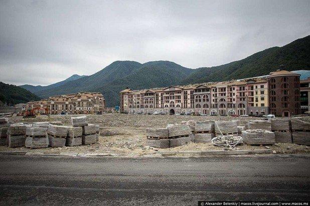 Доста сгради не бяха готови по време на Олипмиадата, незавършени са и сега
