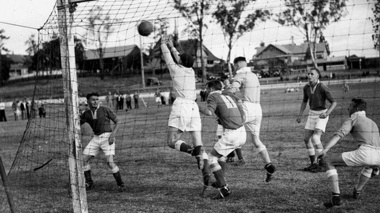 """Първите симуланти Формално погледнато, първите симуланти във футбола би трябвало да са се появили някъде през 1890 г., когато е въведено правилото за дузпата в днешния му вид. Тогава подобни изпълнения са били съвсем редки. Според футболните историци, още преди Първата световна война по терените е можело да бъдат срещнати симуланти, изповядващи идеята да се сдобият с дузпа по втория начин. Техният брой обаче е бил незначителен, а съдбата им на терена – твърде нерадостна. Считало се е за недостойна проява да печелиш така. Съществуват достатъчно сведения, че когато се е отсъждала съмнителна дузпа, изпълнителят нарочно е стрелял извън вратата в името на спортната чест. Така например френският вестник """"Дуе Спортив"""" съобщава в броя си от 22 март 1928 г., че на мача между отборите на Деши и Маркет са били отсъдени три дузпи. От тях домакините от Деши бият нарочно две встрани, тъй като очевидно се явявали резултат на грешки от страна на арбитъра."""