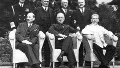 Eдин от най-големите късметлии на 20 век - Вячеслав Молотов ще остане в историята като човека, започнал една война, но честван като нейн герой.  Снимка преди финалната мирна конференция в Постдам, Германия, на 10 август 1945-та година, с която се подписва края на Втората световна война. Вячеслав Молотов е първият прав в дясно, над Сталин