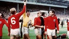 """Лятото на 1966 винаги ще остане златно за феновете на Англия. """"Трите лъва"""" победиха Германия с 4:2 на """"Уембли"""" на финала на световното първенство. На снимката капитанът Боби Мур се опитва да достигне трофея, който е в ръката на вратаря Гордън Бенкс. Следващата година в Бразилия, Англия ще направи поредния си опит да стигне до втория си трофей след 48-годишно чакане."""