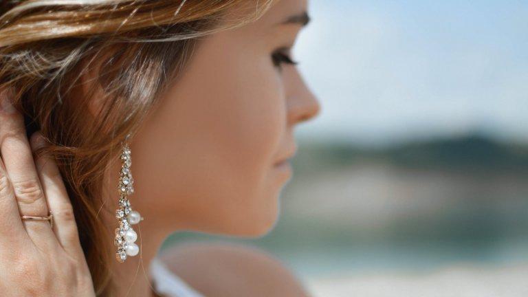 Перли, перли и пак перли  Тази есен не диамантите, а перлите са най-добрият приятел на всяко момиче. Модерни са във всякакви разновидности - на обеци, на колиета, на гривни, и дори на фиби и връзки за коса. Перлите са класическо допълнение в арсенала от женски аксесоари, но през есен 2020 г. са още по-тренди, от когато и да било.