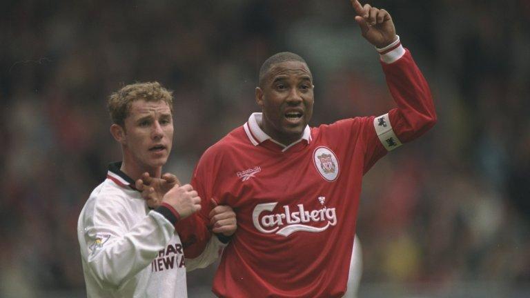 """16. Джон Барнс  Джон Барнс можеше да играе в Юнайтед. """"Червените дяволи"""" имаха сериозен интерес към него, преди да премине в Ливърпул през 1987-а, и Фъргюсън е признавал, че е допуснал грешка, защото не се е пробвал да го вземе. Скаутите на Юнайтед не бяха убедени, че Барнс е точният човек за Юнайтед, а и Йеспер Олсен тъкмо бе подписал нов дългогодишен договор.  Фъргюсън може и да съжалява, че е изпуснал шанса си, но Барнс никога не е споменавал нещо подобно. В първия си сезон в Ливърпул спечели не само титлата, но и бе обявен за играч на сезона."""