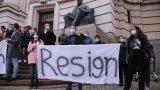 Студенти се събраха пред Софийския университет с искане за оставки
