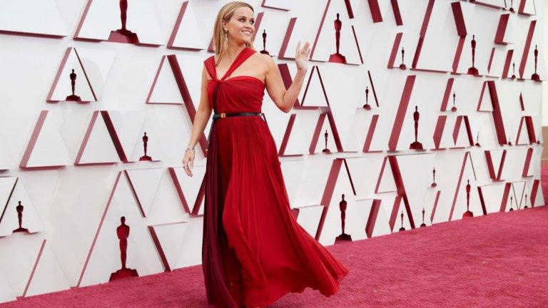 Рийз УидърспунУидърспун често избира червено за червения килим и тази година не прави изключение. Роклята ѝ е на Dior, а диамантените бижута - на Bulgari.