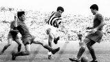 """Омар Сивори в мач срещу Рома през 1957-а, в който Юве носи екипа, от който вероятно тръгва прякорът """"гърбушковците""""."""