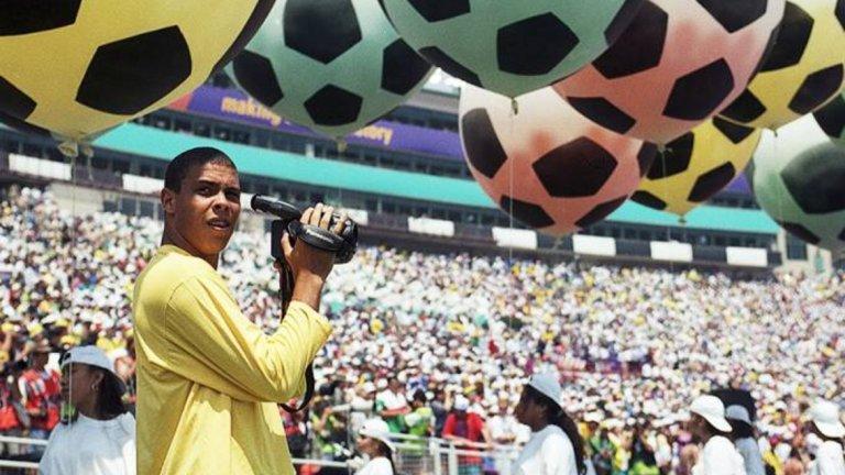 """Роналдо снима собственоръчно церемонията по закриването на Мондиал 1994 преди финала между Бразилия и Италия. Малко по-късно """"кариоките"""" спечелиха четвъртата си от общо пет световни титли след изпълнение на дузпи срещу Италия."""