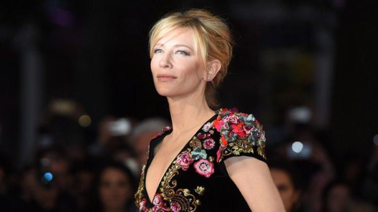 """Кейт Бланшет за """"Рай"""" (Heaven) - с коса  От кралица на елфите до гологлава вдовица. Носителката на """"Оскар"""" също е бръснала главата си за роля. Става дума за участието й във филма от 2002-а """"Рай"""". Там Бланшет играе жена, търсеща мъжа, отговорен за смъртта на съпруга й."""