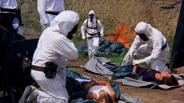 """The Crazies / Лудите (1973 г.)  В този филм правителството на САЩ се опитва да овладее опасно биологично оръжие на име """"Трикси"""". След самолетна катастрофа то инцидентно заразява жителите на малък град в Щатите. Резултатите са два – засегнатите или умират, или полудяват и стават крайно агресивни. Заразата постепенно за разраства, а отговорните се чудят как да се справят с катастрофата."""