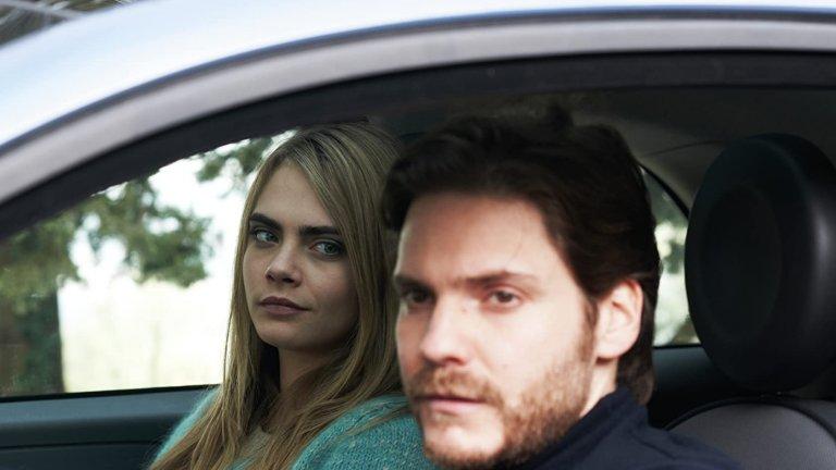 """""""Ангелско лице"""" (The Face of an Angel)  Тук до Брюл застават Кейт Бекинсейл и Кара Делевин, за да преразкажат казуса с Аманда Нокс. Имената са сменени, но историята не може да бъде сбъркана - млада и привлекателна студентка е обвинена несправедливо за убийството на съквартирантката си. Американски режисьор на документални филми (Брюл), заедно с журналистка, се опитват да превърнат историята във филм, само че действителността се оказва още по-грозна и отблъскваща.   """"Ангелско лице"""" е наличен в Netflix."""