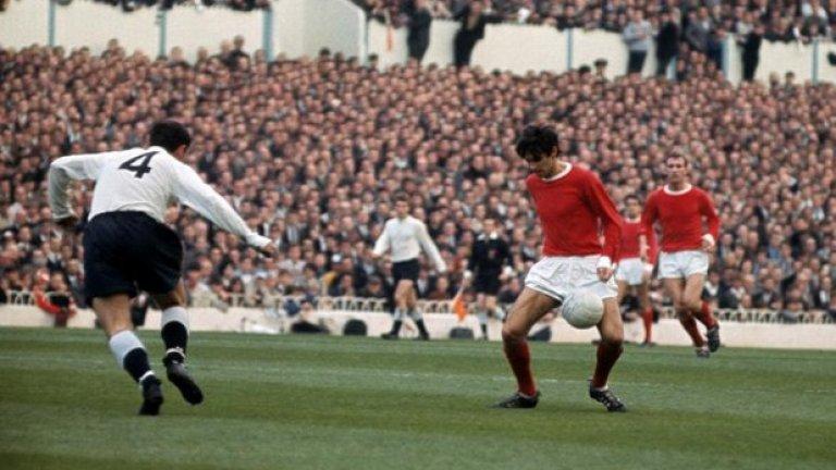 """16 октомври 1965 г. - Тежък нокдаун. Юнайтед е размазан с 1:5 на """"Уайт Харт Лейн"""" от Тотнъм, като шампионите са напълно надиграни от петимата в атака, с които излизат домакините. Джими Грийвс се подиграва със защитата на """"червените дяволи"""", а Алън Мълъри не дава на Бест нито метър пространство. Шампионите са на 13-о място след тежкия нокдаун в средата на октомври."""