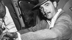 Историята на един от най-богатите хора на Америка - Хауърд Хюз е история на богатство, лудост и самота... Но и на кино. Много кино.  На снимката: Хаърд Хюз в един от своите автомобили през 30-те години на 20 век