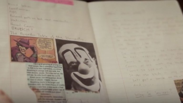 Дневникът е пълен с изображения на карти за игра с жокер и сцени от комиксите за Батман