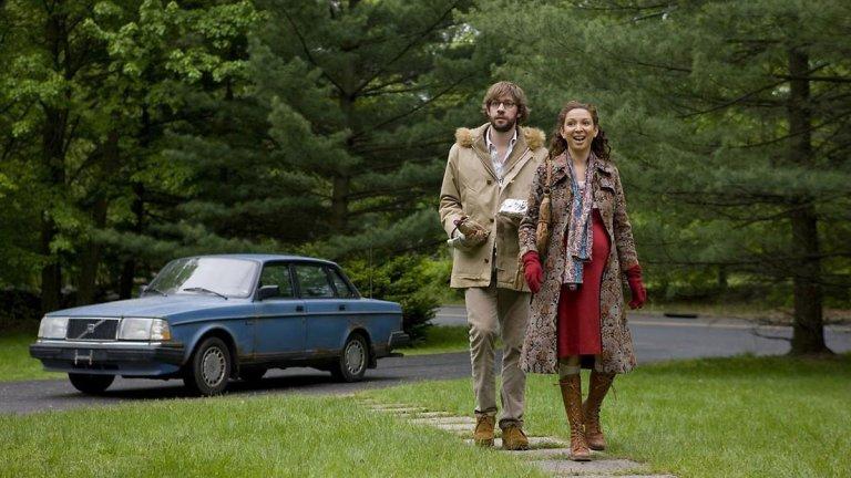 """""""Away we go"""" Да наречем тази бременност-ориентирана road trip dramedy лента """"слаба"""" не би било справедливо. С нея Мендес излиза извън зоната си на комфорт и потапя зрителите в сладост и меланхолия, подсилени от саундтрака, включващ Боб Дилън, Джордж Харисън и Алекси Мърдок. Филмът показва как режисьорът прави дисекция на ситуацията около персонажите, а не на самите персонажи. Джон Красински и Мая Рудолф са трогателна двойка в трийсетте си години и обикалят Щатите в търсене на перфектното място, на което да отгледат бъдещото си дете. Всяка нова дестинация, до която достигат, ги среща с нови автентични герои, които ясно противопоставят оптимизма и невинността на бъдещите родители с абсурдите в света около тях."""