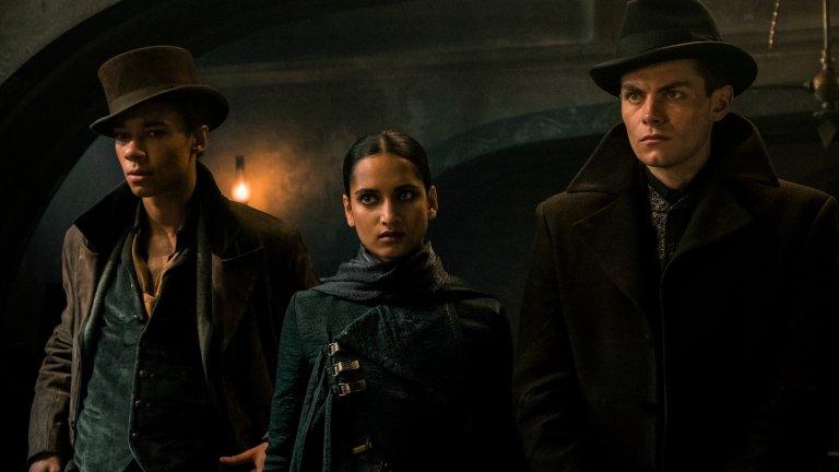 """Shadow and Bone Къде: Netflix Кога: април 2021 г. Режисьорът Ерик Хайзърър (""""Кутия за птици"""", """"Първи контакт"""") обещава да разгърне в пълна степен възможностите си във фентъзи сериалa по романа на Лий Бардуго """"Сянка и кост"""". Сериалът разказва за опасен свят, в който неестествени същества се хранят с човешка плът. Млада жена разкрива сила, която най-накрая може да обедини страната ѝ, но трябва да се опази от заговорите, които други плетат зад гърба ѝ в един конфликт между крадци, убийци и светци."""