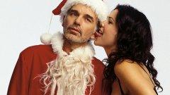 """""""Лошият Дядо Коледа"""" (Bad Santa, 2003) е американска криминална комедия с участието на Били Боб Торнтън в ролята на алкохолизиран мизантроп, който работи като Дядо Коледа в мол, а целта му е да ограбва магазини. Този коледен филм вече се е превърнал в класика, а ако не сте го гледали - сега е момента. Иначе ще ви се наложи да го гледате другата Коледа. Вижте в галерията коледните филми, които телевизиите не забравят да въртят до втърсване всяка година..."""