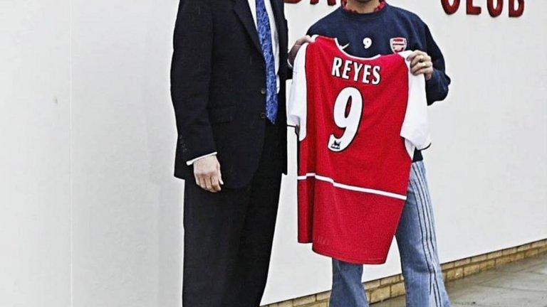 Представянето на Хосе Антонио Рейес като футболист на Арсенал през 2004 г. Явно е фен на дънките Чарлстон.