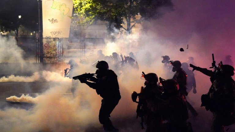 """Това е голям обрат след седмици на ескалирали протести и насилие. Тръмп изпрати федерални в града, за да предотврати """"анархията на демонстрантите"""", но това доведе до още по-голяма ескалация на напрежението"""