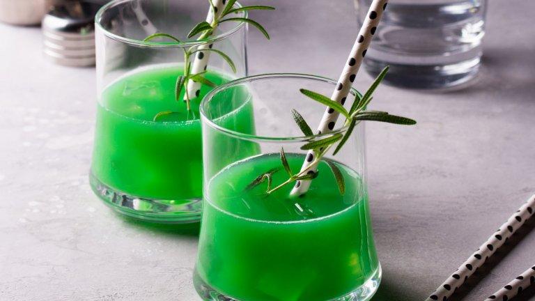 Мента със Sprite  Какво по-лесно и лятно от мента със Sprite? Тук пропорциите са изцяло въпрос на личен вкус, а Sprite може да се замени с газирана вода, ако не харесвате толкова сладки напитки. Количеството лед и добавки като лимон или лайм също са по желание.