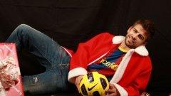 Защитникът на Барселона Жерар Пике влезе в ролята на дядо Коледа