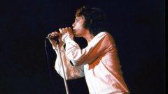 Музиката има силата да разклати държавата, но младежките движения откриват, че държавата винаги отвръща на удара  Музикантът от The Doors Джим Морисън понася тежката ръка на закона на няколко пъти върху себе си. И до ден днешен е спорно доколко заслужено