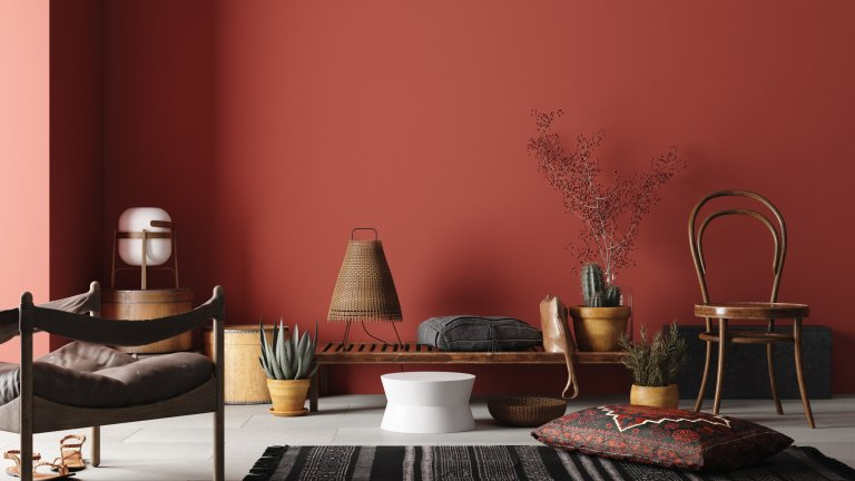 Завръщане към земята Ниска маса, възглавници и ниски столове?  Да седнеш на земята е символ на свободния живот и може да бъде достатъчно комфортно, ако намериш мебели, които отговарят на тази концепция. Разбира се,  атмосфера на снимката е добре допълнена и от по-тежкия и пастелен цвят на стената, който сам по себе си придава бохемско усещане в стаята. Ето защо можете да постигнете известен ефект в тази посока дори само с избора на цвят в топлата гама.