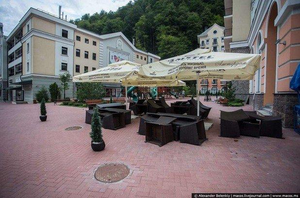 Надеждата е, че някога ще се завърнат пак туристи, които да напълнят тези кафенета...