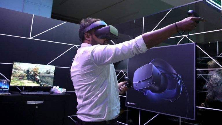 Facebook вече инвестират в технологии за виртуална реалност - като Oculus Rift (на снимката). Според Зукърбърг бъдещето е именно в тази насока. Той посочва, че както смартфоните са били платформата на миналото десетилетие, така очилата с добавена реалност ще намерят място в живота ни през новото.